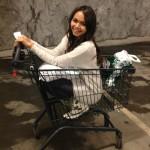 買い物する女の子