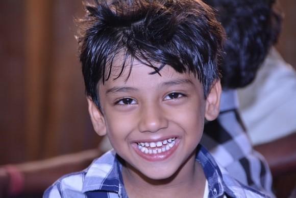 インドの歯がきれいな少年