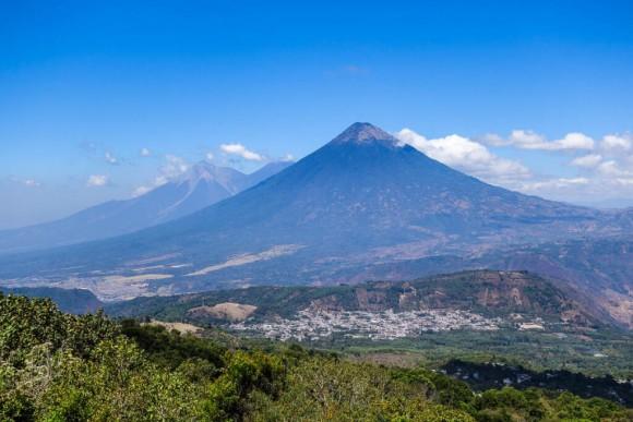 噴火したグアテマラのフエゴ山