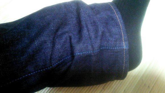 ジャパンブルージーンズの内股線の糸は青色